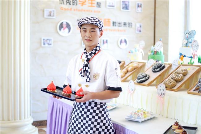 【新生故事】拒绝安稳,18岁的他从学厨开始改变!